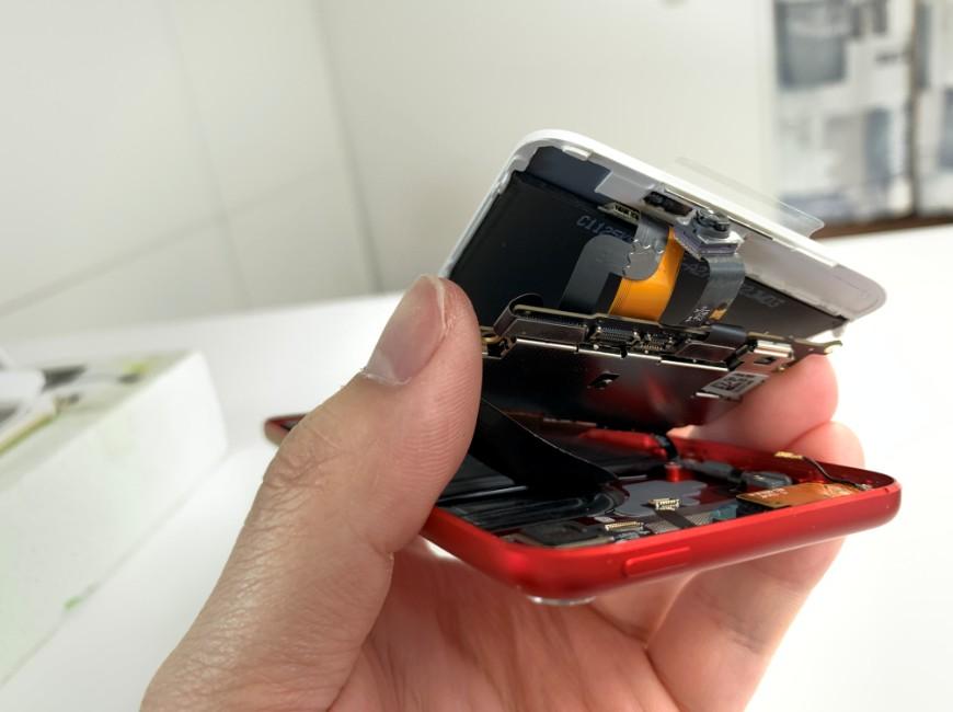 画面を取り付けようとしているiPod Touch第7世代