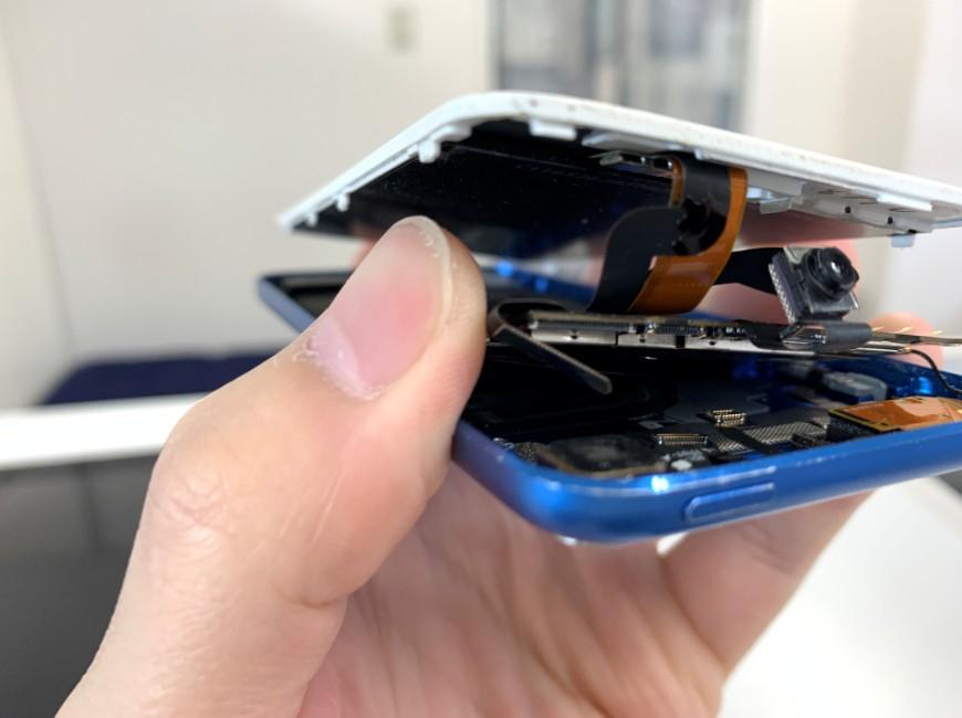基板裏のコネクタを外しているiPod Touch 第6世代