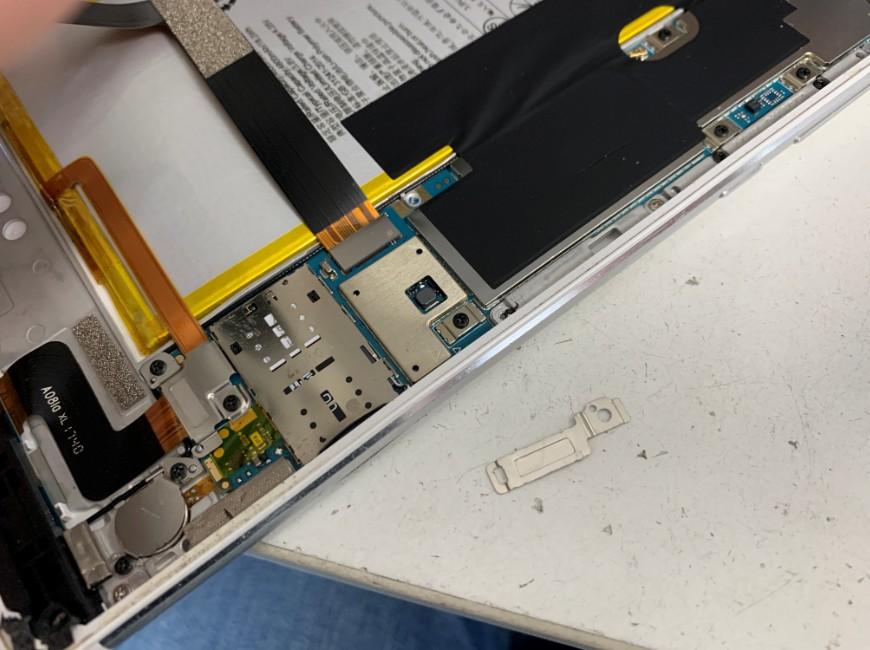 画面コネクタを止めたプレートを外したMediaPad M3 lite S(701HW)