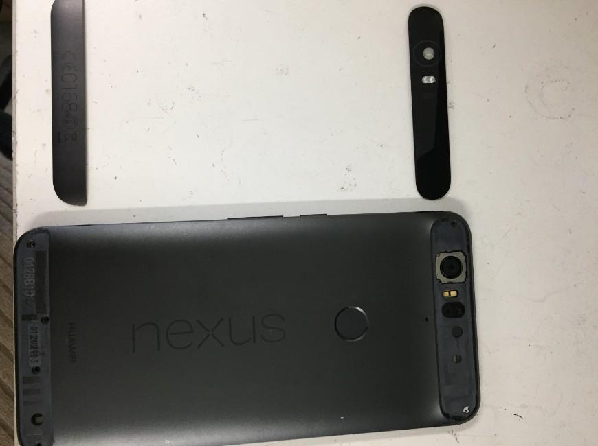 背面ガラスとプラスチックパーツを剥がしたNexus6P