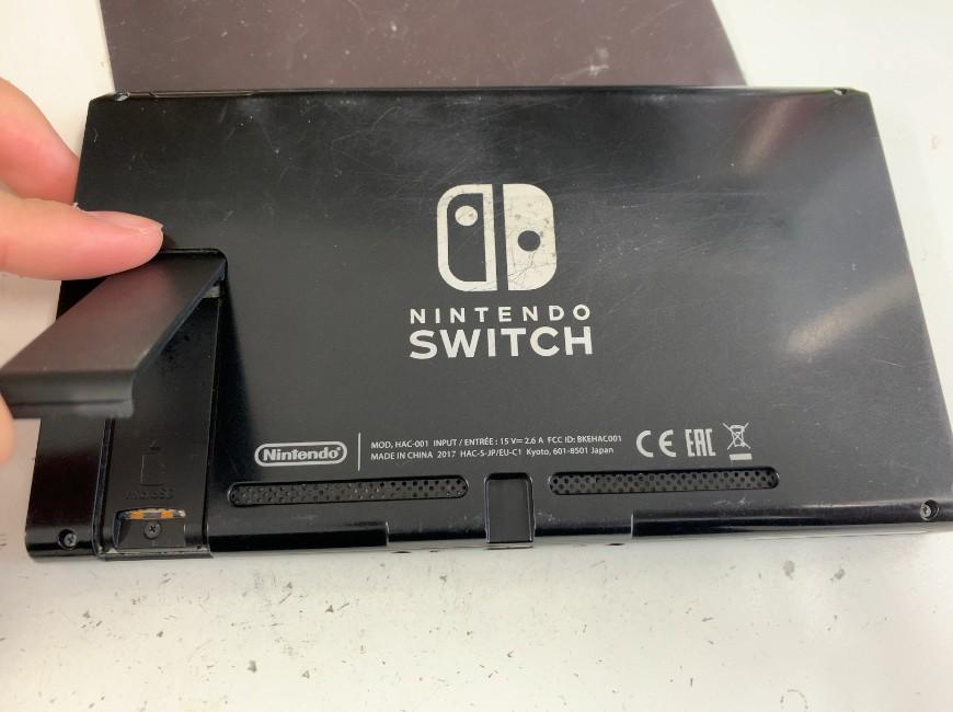 背面のネジを外すNintendo Switch