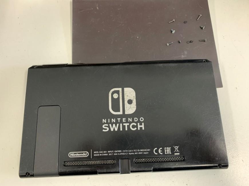 本体周りのネジを全て外したNintendo Switch
