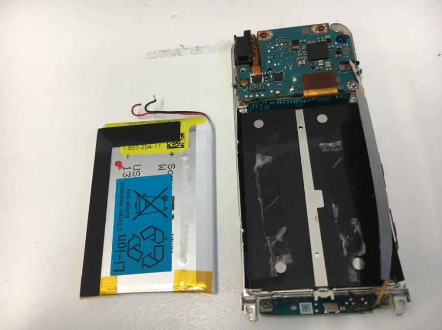 電池を本体から取り出したNW-S786