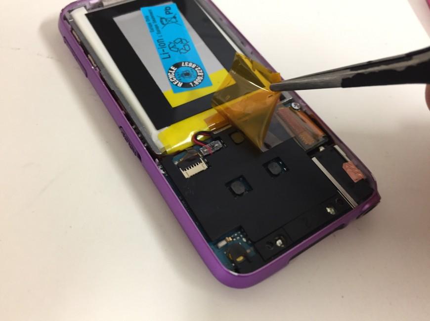 バッテリーを固定した絶縁テープを剥がしたWALKMAN NW-S636F