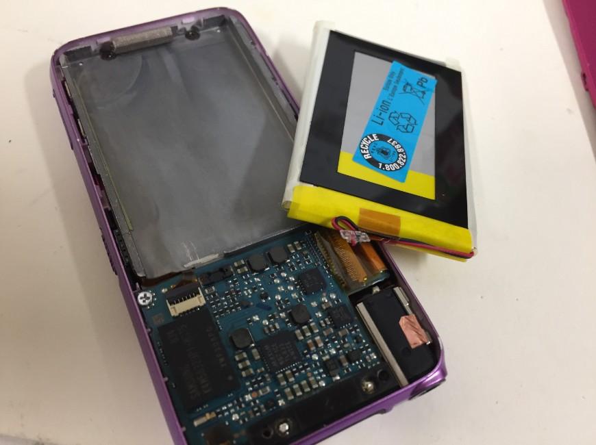 劣化した電池パックを剥がしたWALKMAN NW-S636F