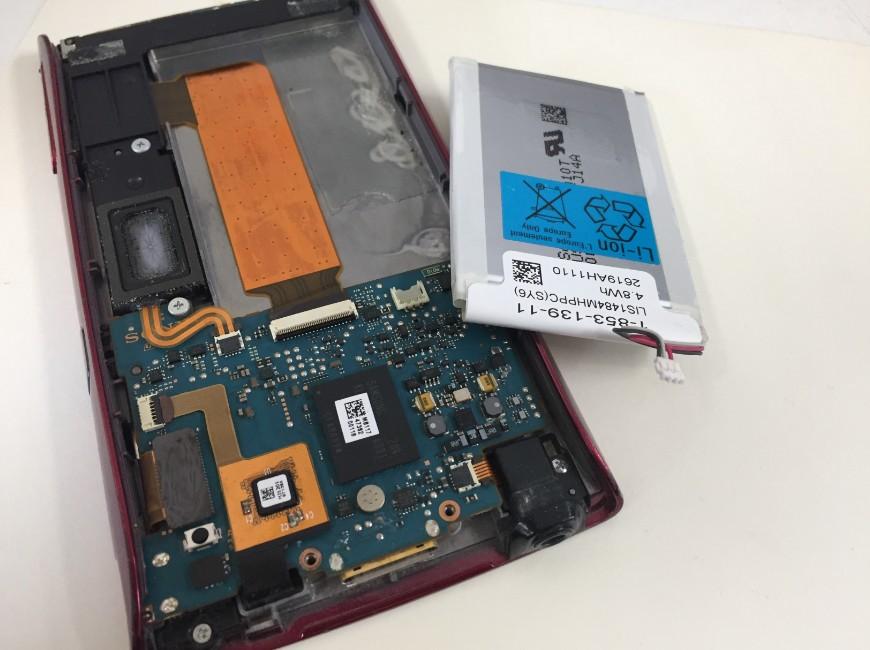 劣化したバッテリーを取り出したWALKMAN NW-Z1060