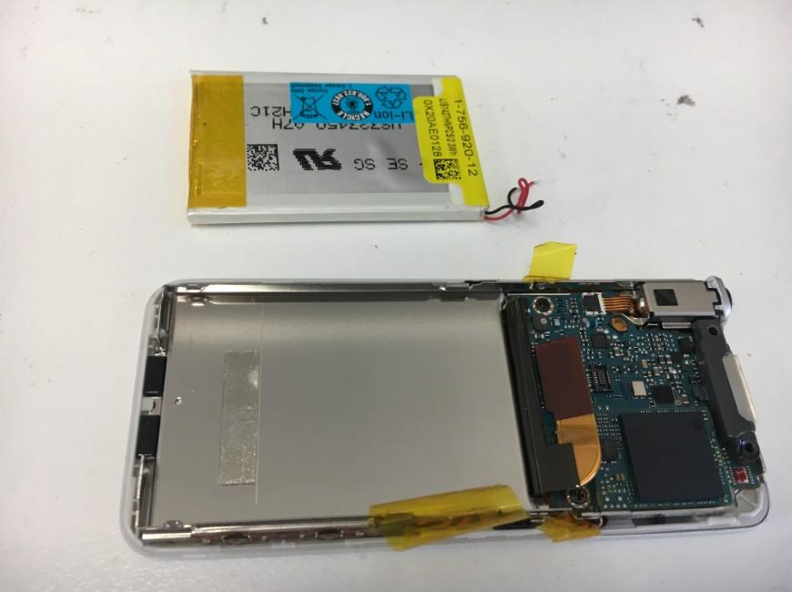 劣化したバッテリーを取り出したウォークマン NW-S756