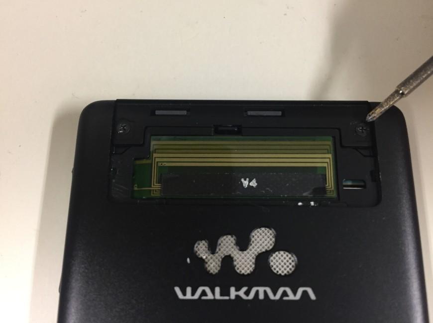 本体上部のプラスチックパーツを剥がしたWALKMAN NW-F886