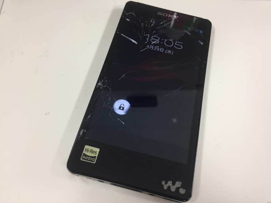 表面ガラスが割れたWALKMAN NW-F886