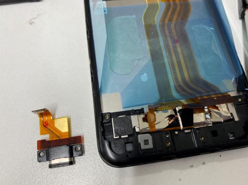 充電口パーツを取り出したAQUOS sense(SHV40)