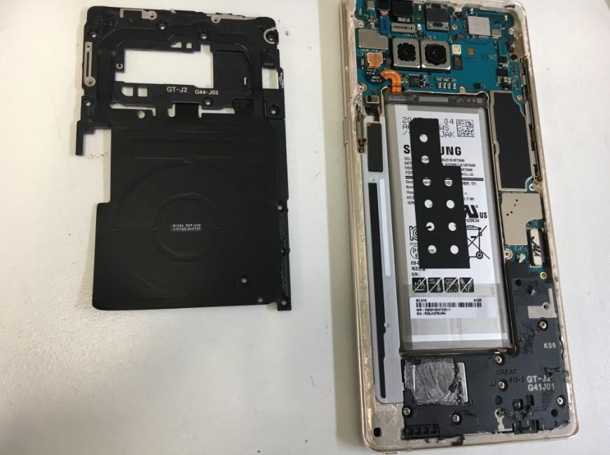 本体内部のプラスチックパーツを剥がしたGalaxy Note8(SCV37)