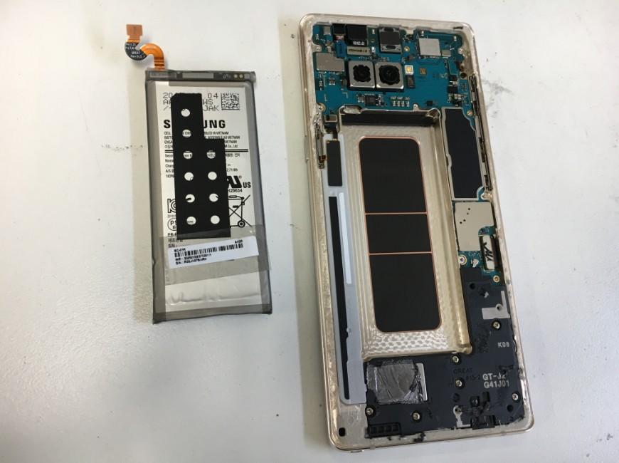 本体内部からバッテリーを取り出したGalaxy Note8(SCV37)