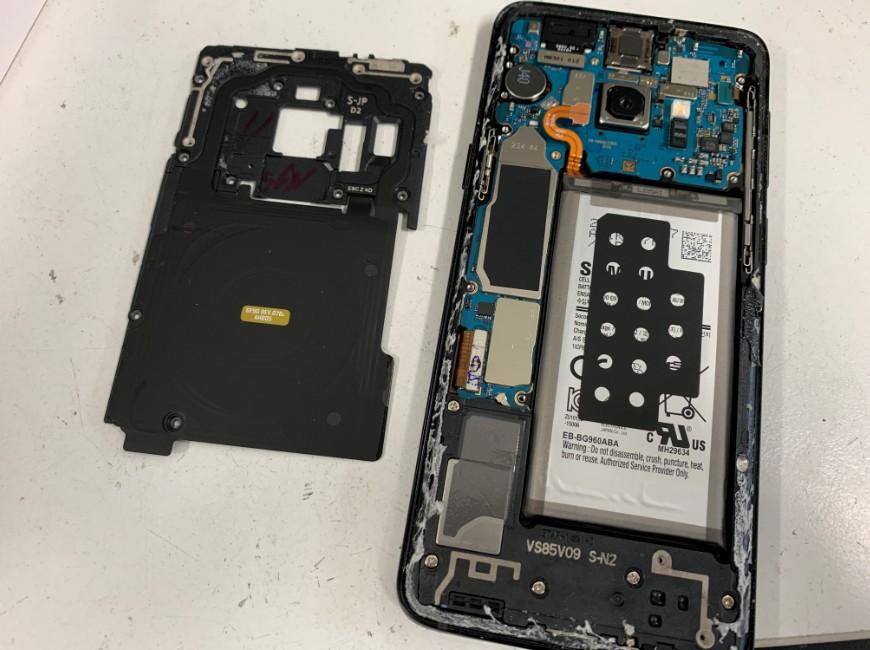 本体内部のプラスチックパーツを外したGalaxy S9