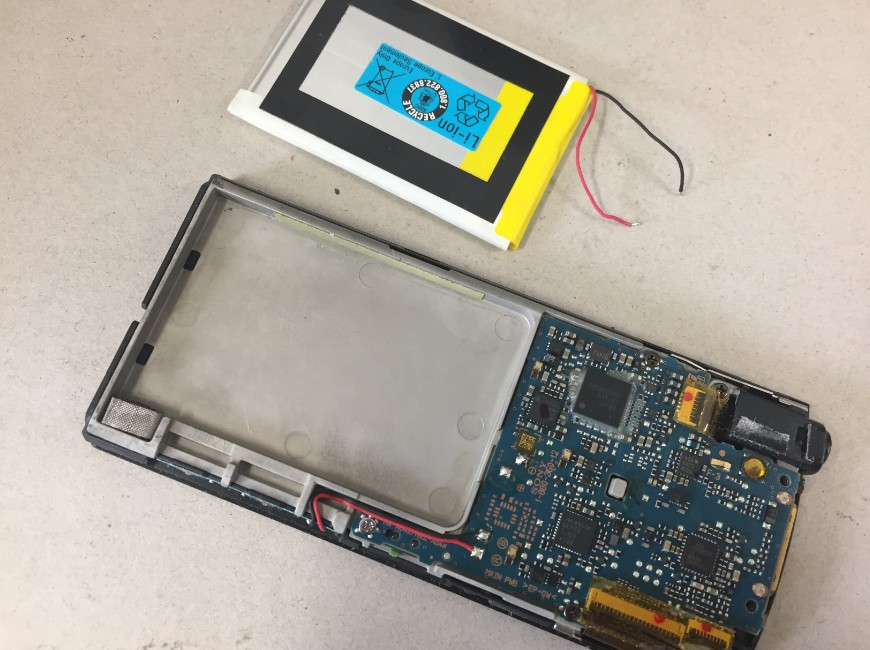 バッテリーパーツを取り出したNW-A847