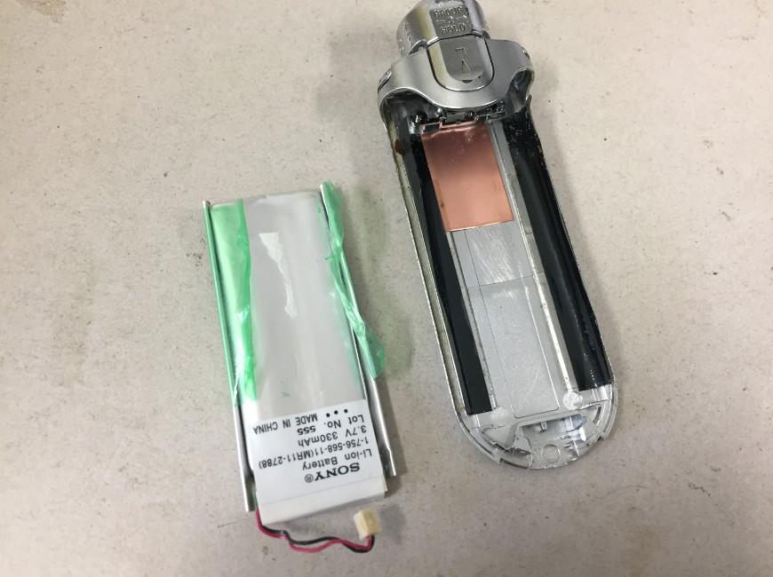 劣化したバッテリーを取り出したウォークマン NW-E507