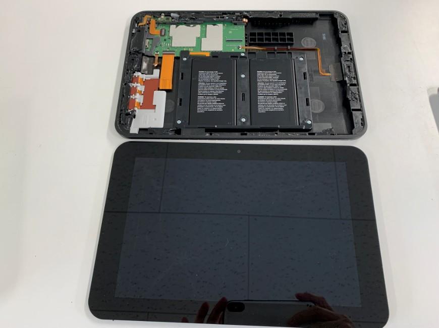画面パーツを本体から取り出したスマイルゼミタブレット(SZJ-JS201)