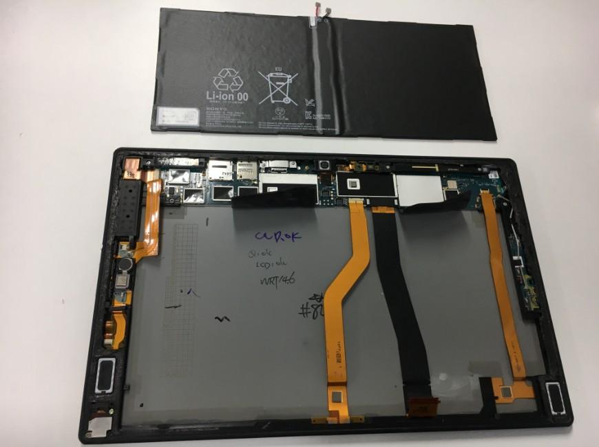 劣化しきったバッテリーを本体から取り出したXperia Z2 Tablet