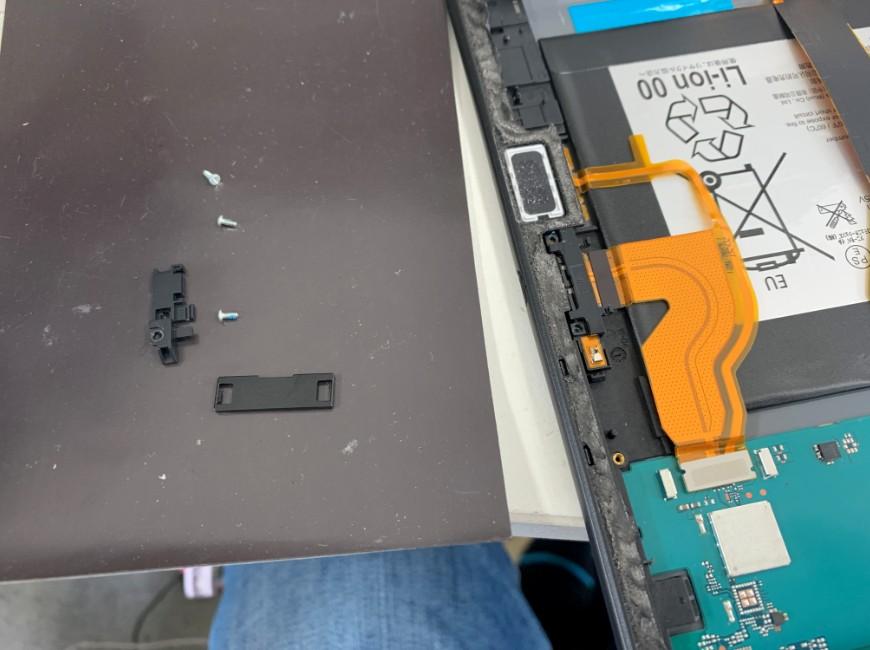 充電口パーツを止めていたネジを外したXperia Z4 Tablet