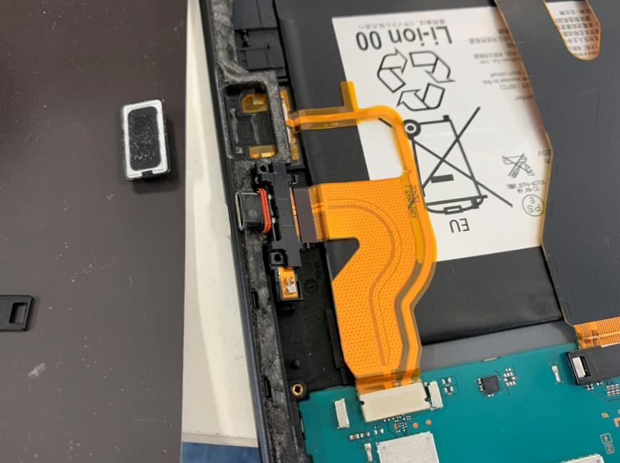 スピーカーを取り出したXperia Z4 Tablet