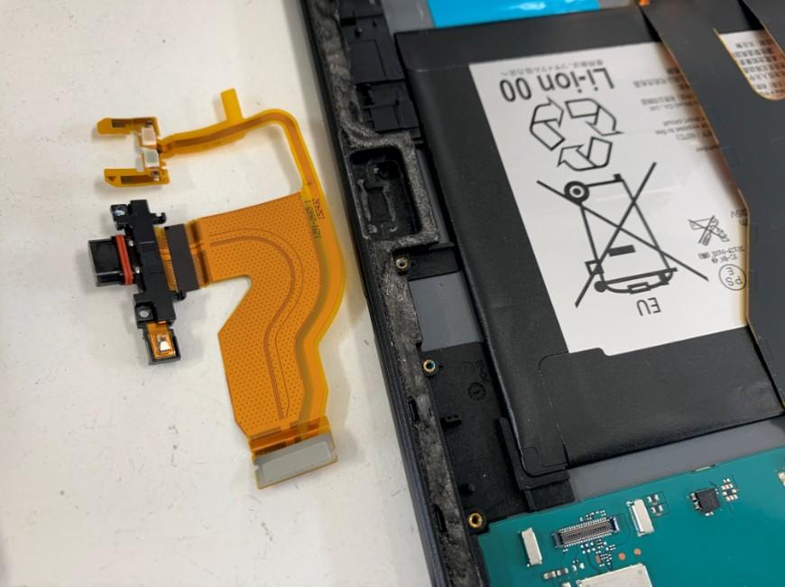 充電口パーツを取り出して交換途中のXperia Z4 Tablet