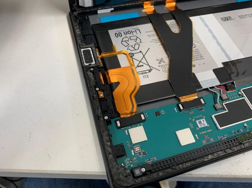 画面を開いて分解したXperia Z4 Tablet
