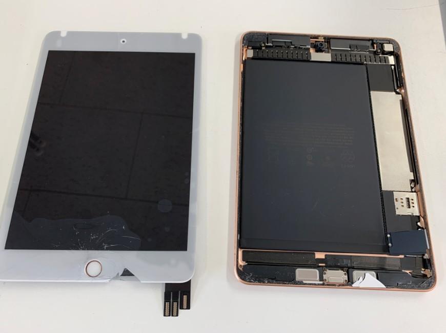 画面パーツを本体から取り出したiPad mini5