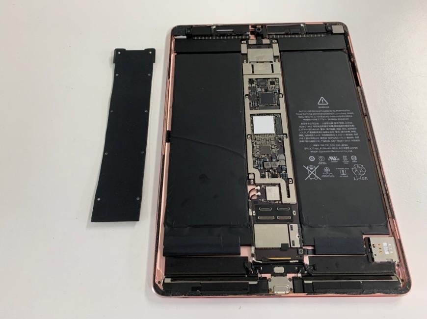 基板を覆ったプレートを剥がしたiPad Pro 10.5