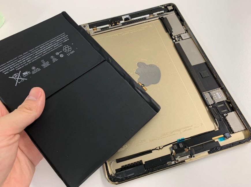 バッテリーを本体から取り出したiPad Air2