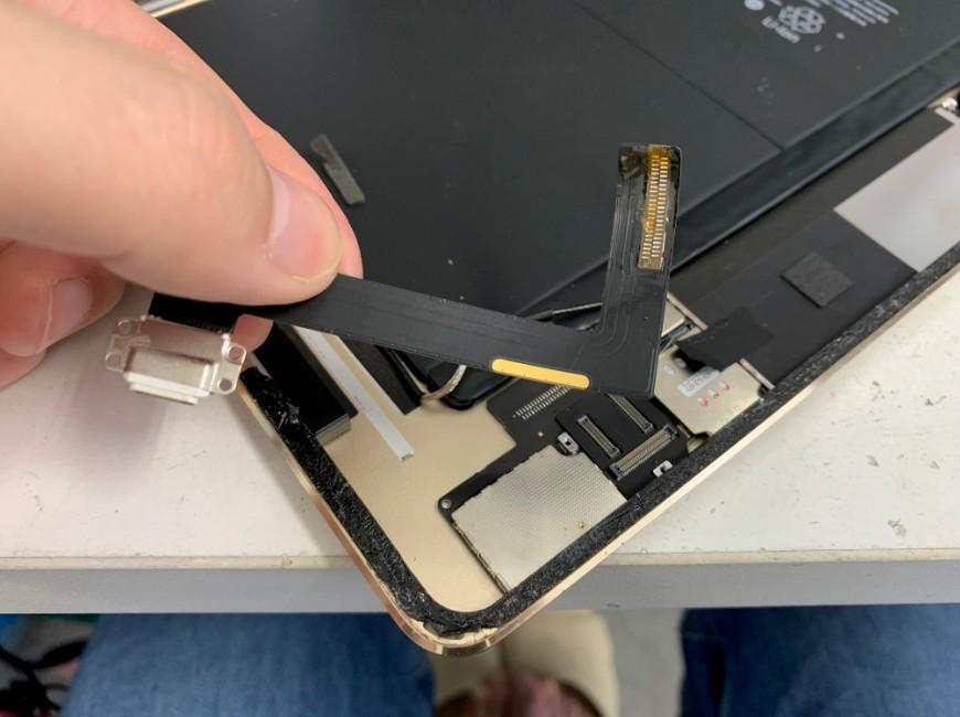 充電口パーツのはんだを剥がしたiPadAir2