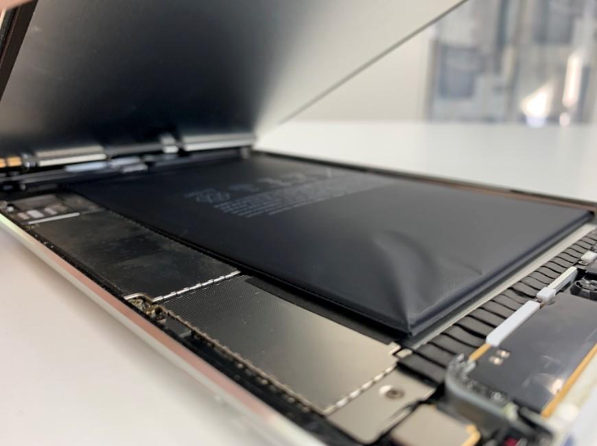 画面を持ち上げたiPad mini4