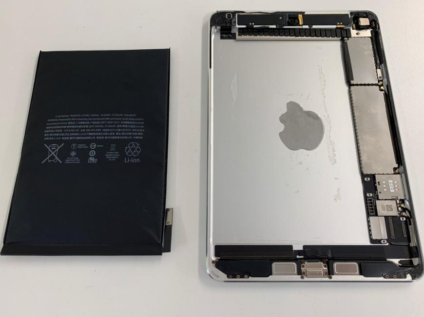 バッテリーを本体から剥がしたiPad mini4