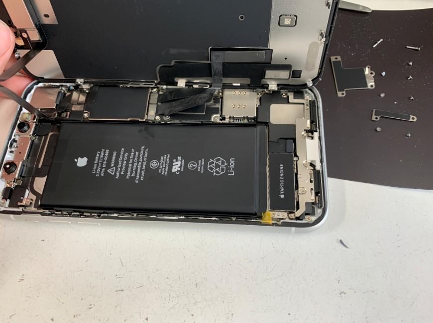 コネクタを止めたプレートを外したiPhoneXR