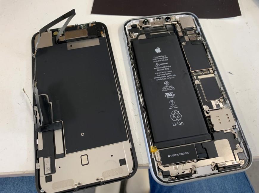 画面を本体から取り出したiPhoneXR