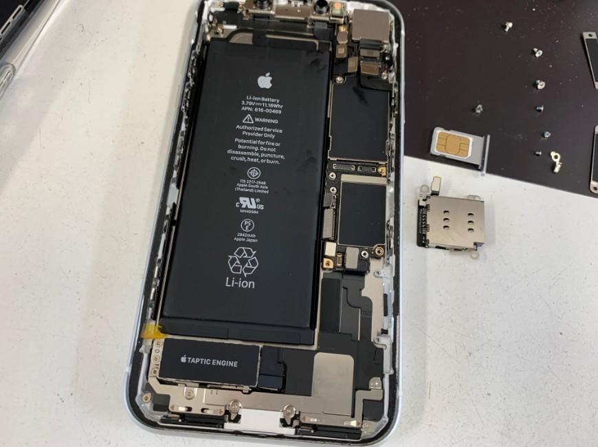 SIMトレイを本体から取り出したiPhoneXR