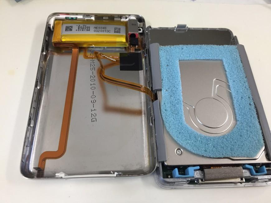 背面パネルを開いたiPod Classic