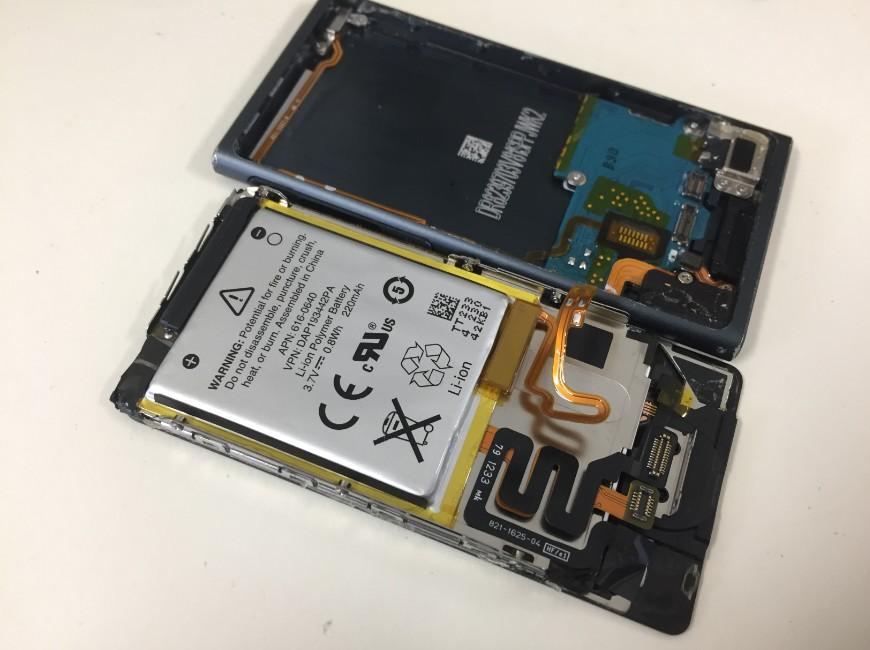 バッテリーを本体から剥がしたiPod nano7