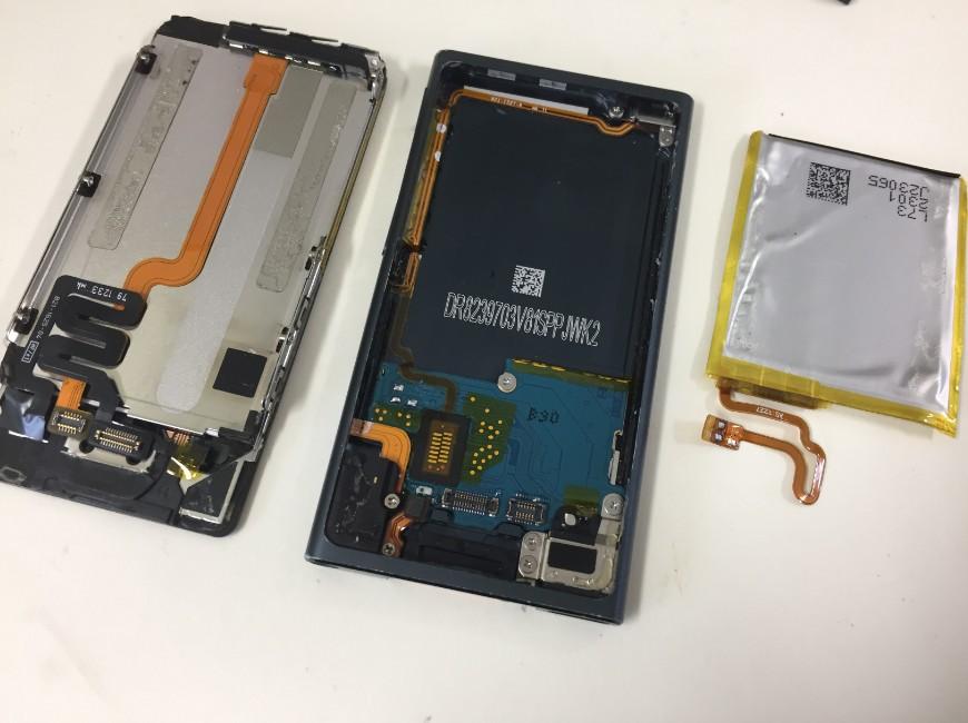バッテリーパーツを取り出したiPod nano7