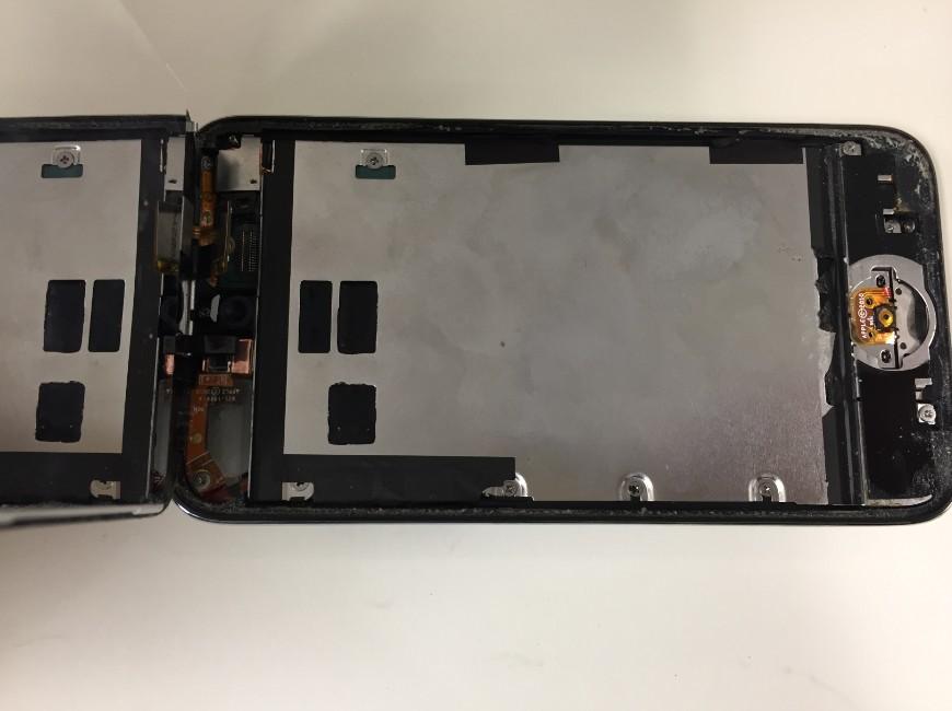 画面剥がして下の銀板のネジを外しているiPod Touch(第4世代)