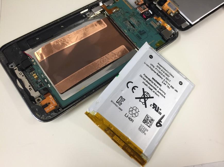 本体からバッテリーを剥がしたiPod Touch(第4世代)