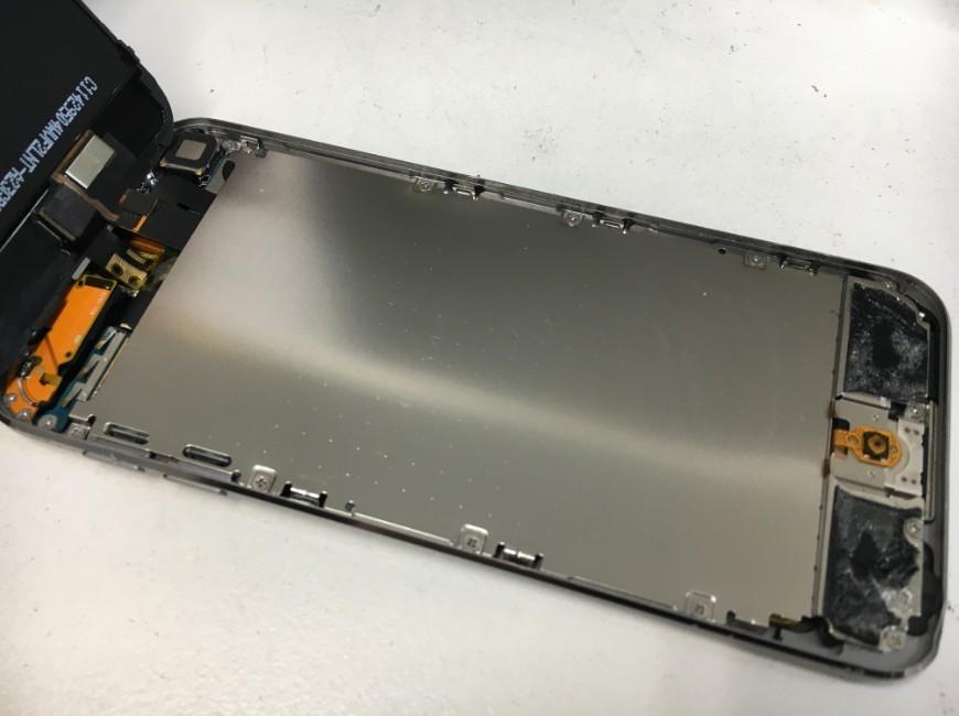 画面下のプレートのネジを外しているiPod Touch第5世代