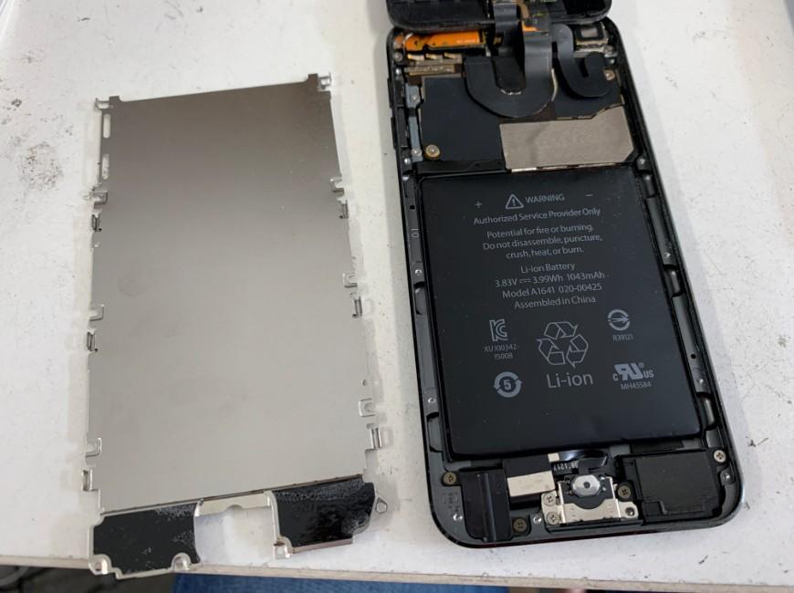画面を剥がして内部のパネルを剥がしたiPod Touch 第6世代