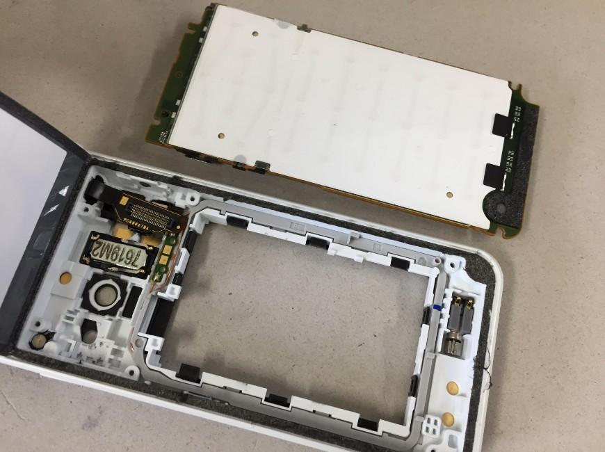 基板を取り出したGRATINA 4G(KYF31)
