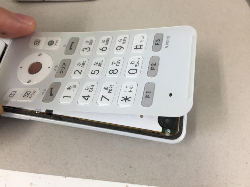 文字盤を剥がしているGRATINA 4G(KYF31)