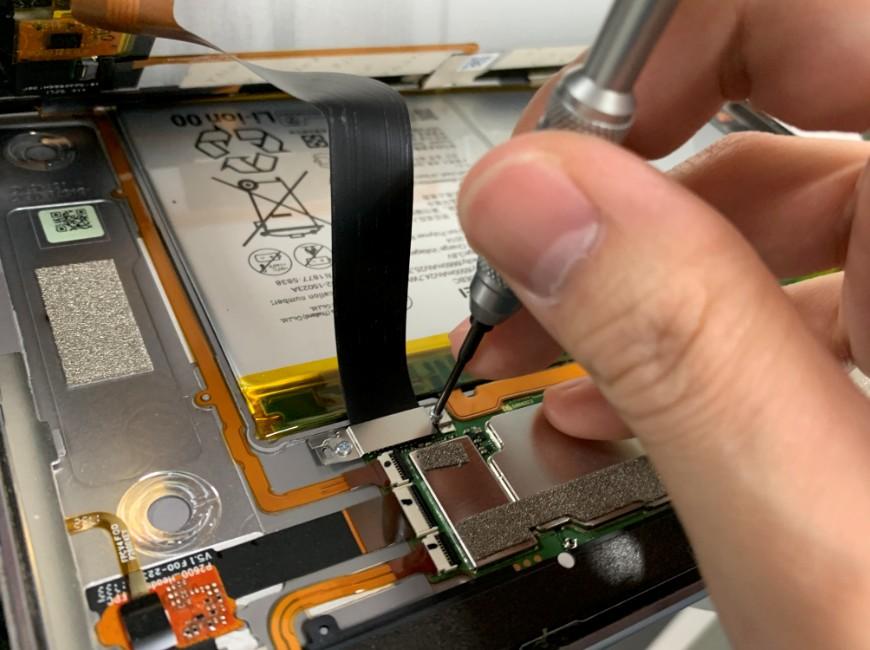 画面コネクタを止めたプレートを外そうとしているMediaPad M3 lite 10(BAH-W9)