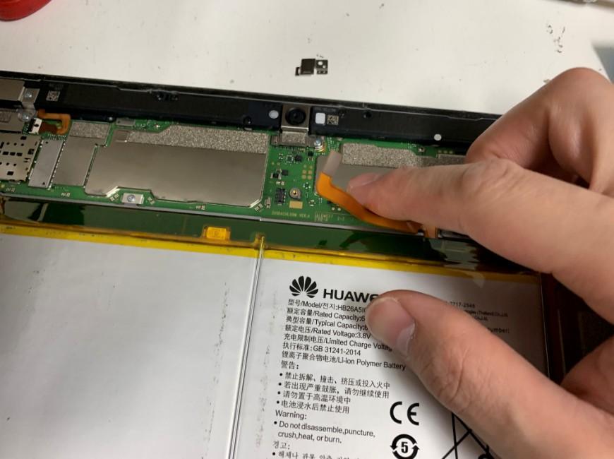 バッテリーコネクタを外したMediaPad M3 lite 10(BAH-W9)