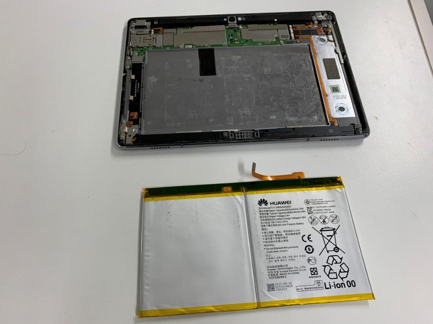 バッテリーを本体から剥がしたMediaPad M3 lite 10(BAH-W9)