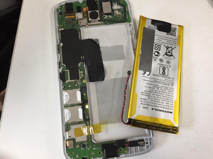 劣化したバッテリーを本体から取り出したMoto G4 Plus