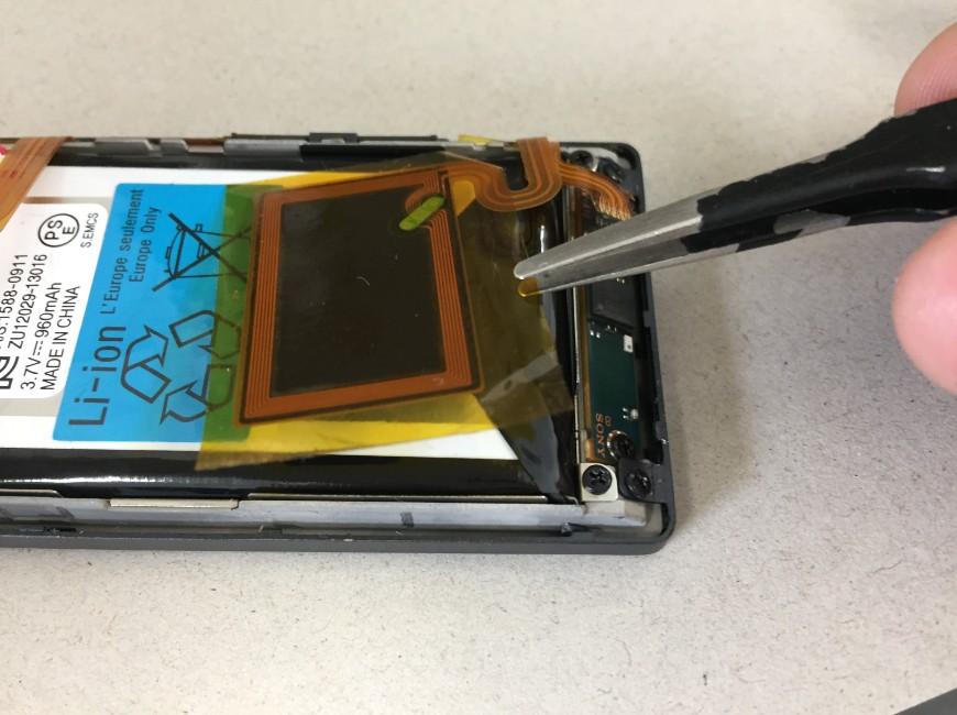 バッテリー上のNFCセンサーを剥がしたWALKMAN NW-A25