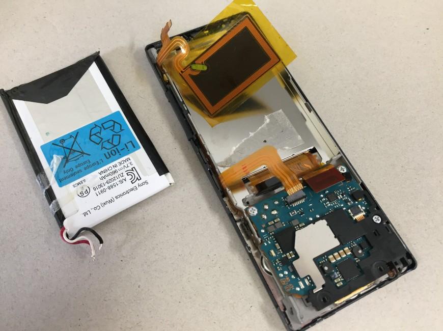劣化したバッテリーを本体から剥がしたWALKMAN NW-A25