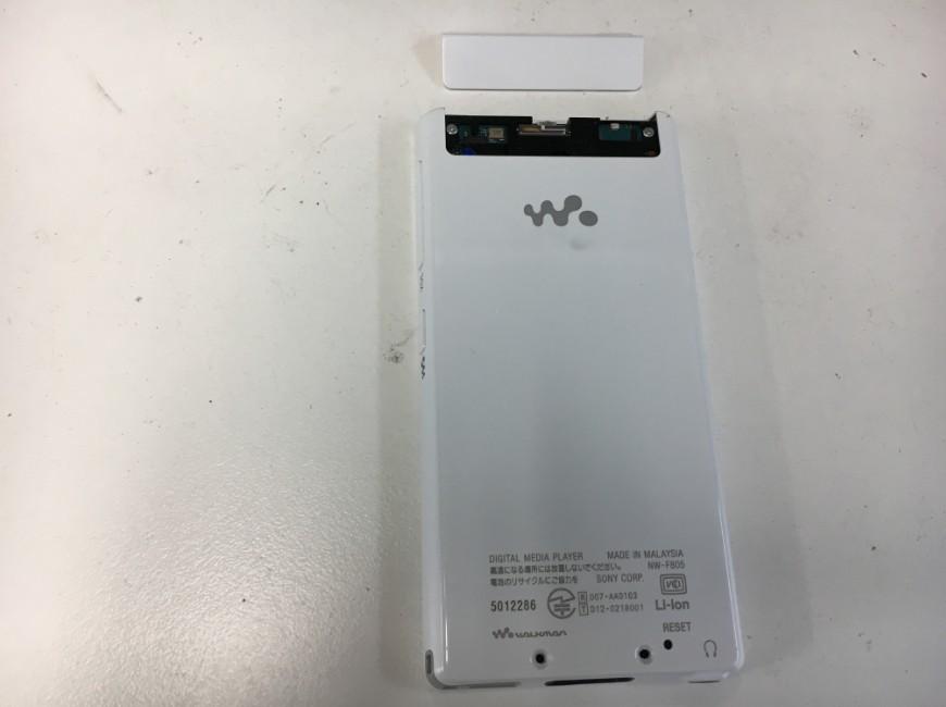 背面上部のプラスチックパーツを剥がしているウォークマン NW-F805